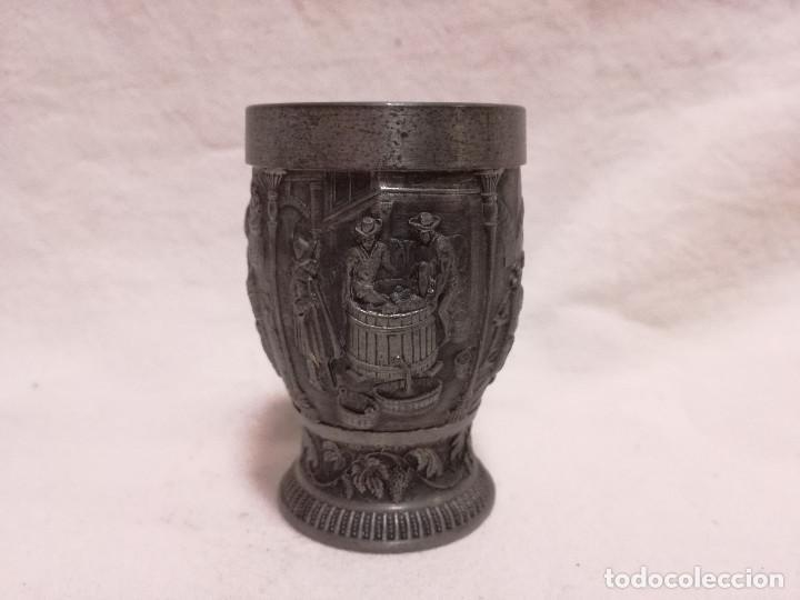 Antigüedades: ANTIGUO VASO CHUPITO DE ZINC / ESTAÑO - MOTIVO VINO UVA - Foto 5 - 214203461