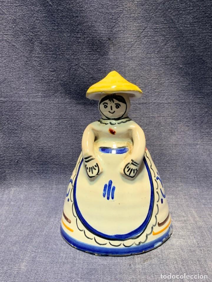 CAMPANA CERAMICA MUJER CON SOMBRERO PAYESA CAMPESINA PINTADO MANO 13X9CMS (Antigüedades - Porcelanas y Cerámicas - Otras)