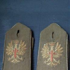 Antigüedades: PARAR DE HOMBRERAS DE UNIFORME MILITAR EJÉRCITO DE TIERRA BORDADAS EN HILO DE ORO Y CON FILO DORADO. Lote 214204583