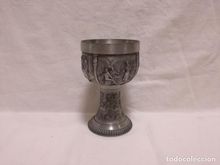 ANTIGUO COPA CALIZ DE ESTAÑO - MOTIVO ESCENAS VINICOLAS VINO (Antigüedades - Hogar y Decoración - Copas Antiguas)