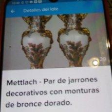 Antigüedades: DOS ANTIGUOS JARRONES DE PORCELANA Y BRONCE DORADO. Lote 214214868