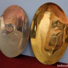 Antigüedades: PAREJA DE PATENAS DE GRAN TAMAÑO ELABORADAS EN METAL DORADO Y PLATEADO. MENESES. PPS. S. XX.. Lote 214225090
