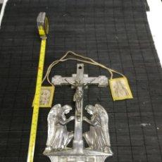 Antigüedades: ANTIGUA CRUZ BENDITERA CON ANGELES CUSTODIOS EN ESTAÑO SIGLO XIX FIRMADA POR GESCHUTZ 30 CM. Lote 214232887