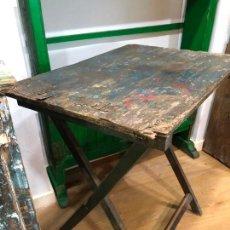 Antigüedades: MUY ANTIGUA MESA PLEGABLE DE JUEGO AL AZAR CALLEJERO - MEDIDAS 50X70X72 CM. Lote 214238077