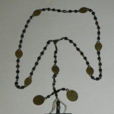 Antigüedades: ANTIGUO ROSARIO S.XIX DE CUENTAS DE MADERA MEDALLAS DE BRONCE Y CRUZ DE PLATA 50 CM. DE LARGO. Lote 214250205