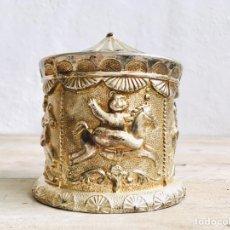 Antigüedades: CURIOSA HUCHA DE TIOVIVO DE ALPACA PLATEADA CAJA AÑOS 60 PARA MONEDAS CARROUSEL O CIRCO. Lote 214257508
