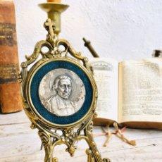 Antigüedades: MINI CABALLETE DE CALAMINA LATONADA PORTARETRATOS LA SALLE MARCO DORADO TRIPODE SOPORTE ORNAMENTADO. Lote 214257791
