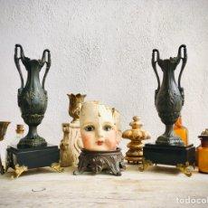 Antigüedades: CANDELABROS MODERNISTAS DE CALAMINA PATINADA CON PEANA PORTA VELA ART NOUVEAU PARA RELOJ O CHIMENEA. Lote 214304077