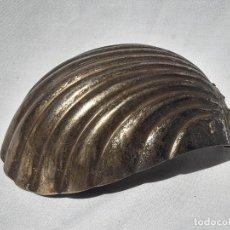 Antigüedades: REFLECTOR DE LÁMPARA CON FORMA DE CONCHA. LATÓN PLATEADO.. Lote 214330176