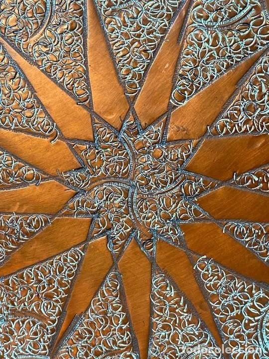 Antigüedades: Gran plato de cobre repujado a mano, decoracion oriental , 30 cm de diametro. Marrakesch, 1950 - Foto 3 - 214373276