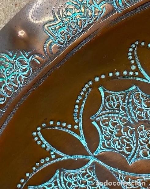 Antigüedades: Gran plato de cobre repujado a mano, decoracion oriental , 30 cm de diametro. Marrakesch, 1950 - Foto 4 - 214373276