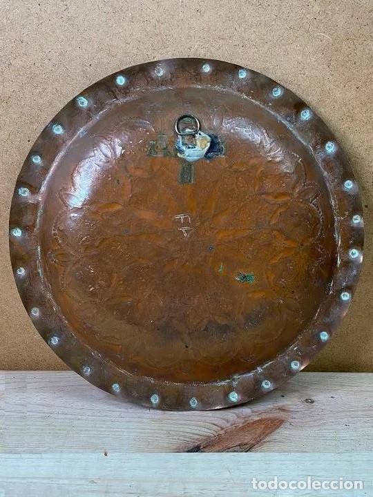Antigüedades: Gran plato de cobre repujado a mano, decoracion oriental , 30 cm de diametro. Marrakesch, 1950 - Foto 5 - 214373276