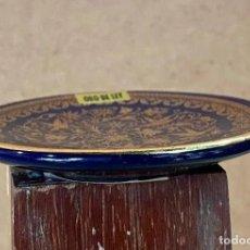 Antigüedades: PEQUEÑO PLATO CON PRECIOSAS PINTURAS Y DECORADO A MANO EN ORO DE LEY - 8 CM DE DIAMETRO. Lote 214374692