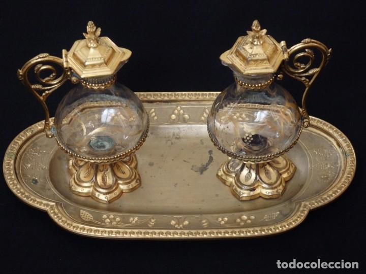 Antigüedades: Juego de vinajeras litúrgicas elaboradas en metal dorado y cristal. Hacia 1900. - Foto 2 - 214388210