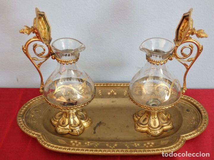 Antigüedades: Juego de vinajeras litúrgicas elaboradas en metal dorado y cristal. Hacia 1900. - Foto 15 - 214388210