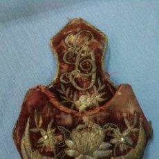 Antiquités: PEQUENA PIEZA DE TELA. MONEDERO? BORDADO CON HILO DE PLATA. Lote 214458605