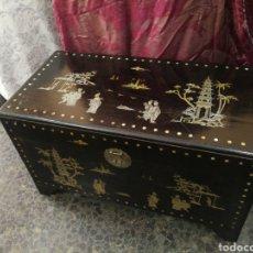 Antigüedades: BAUL DE MADERA DE ALCANFOR DE MACAO. . INCRUSTACIONE METALICAS Y MADRE PERLA. 60X52X102 CM.ENVIO 25€. Lote 214465076
