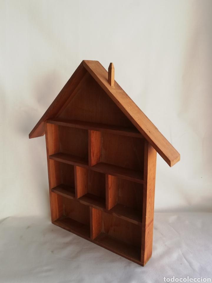 Antigüedades: Antigua estanteria estantes en madera en forma de casa para coleccionistas para guardar miniaturas - Foto 2 - 214494730