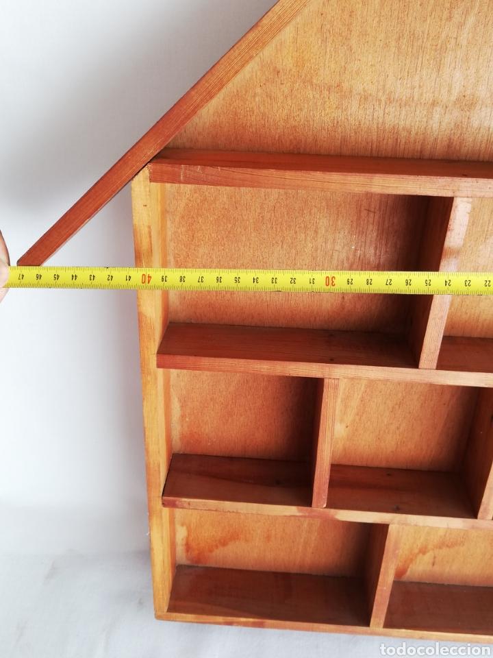 Antigüedades: Antigua estanteria estantes en madera en forma de casa para coleccionistas para guardar miniaturas - Foto 4 - 214494730