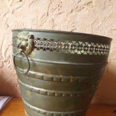 Antigüedades: MACETERO DE TRES PATAS Y CABEZAS DE LEONES CREO QUE DE LATON. Lote 214528453