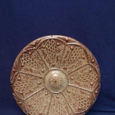 Antigüedades: PLATO EN CERAMICA DE MANISES DE REFLEJOS. Lote 214531882
