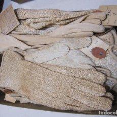 Antigüedades: CAJA DE CARTÓN CON GUANTES PERLÉ DE NIÑA A ESTRENAR. 15 PARES. Lote 214571977