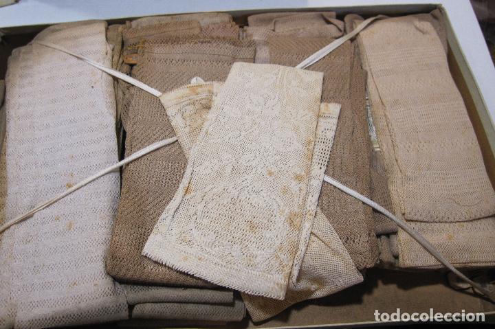 CAJA DE CARTÓN CON GUANTES MITONES CALADOS DE NIÑA A ESTRENAR. 26 PARES (Antigüedades - Moda y Complementos - Infantil)