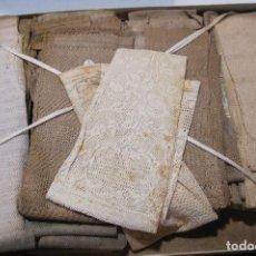 Antigüedades: CAJA DE CARTÓN CON GUANTES MITONES CALADOS DE NIÑA A ESTRENAR. 26 PARES. Lote 214572101