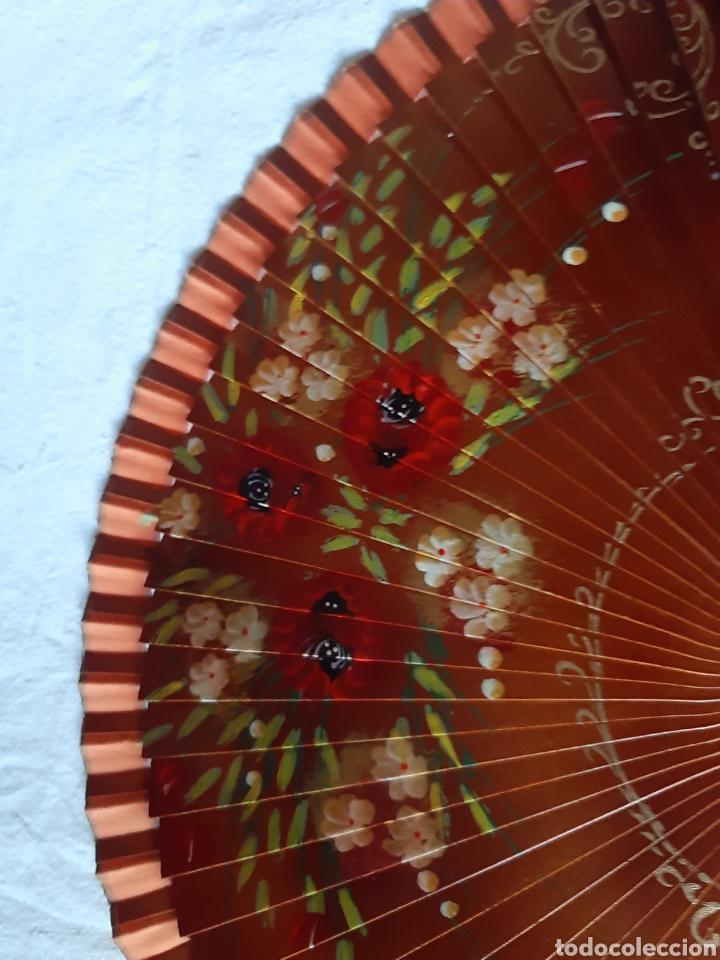 Antigüedades: Antiguo abanico de madera pintado a mano motivos florales pintado por las dos caras - Foto 6 - 214572603