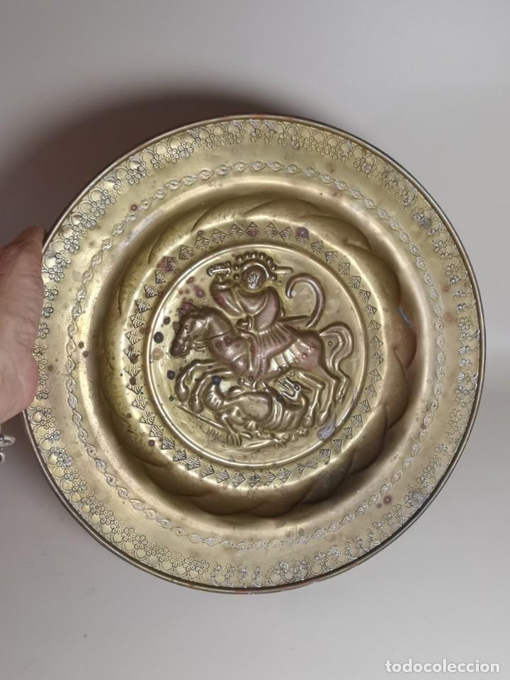 Antigüedades: plato petitorio limosnero de latón san jorge- sant jordi - Foto 3 - 214620486