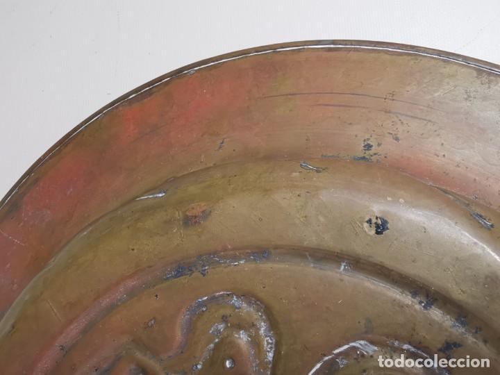 Antigüedades: plato petitorio limosnero de latón san jorge- sant jordi - Foto 13 - 214620486