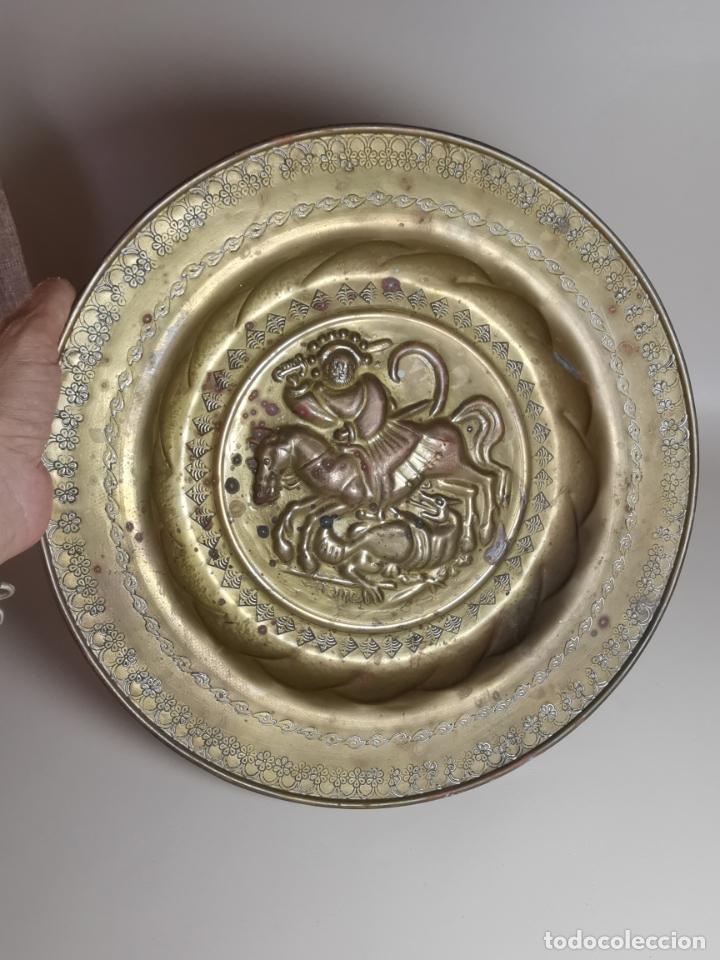 PLATO PETITORIO LIMOSNERO DE LATÓN SAN JORGE- SANT JORDI (Antigüedades - Religiosas - Orfebrería Antigua)