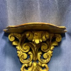 Antiquités: MENSULA MADERA DORADA TALLADA REPISA MURAL MITAD S XX 24X29X15,5CMS. Lote 214625268