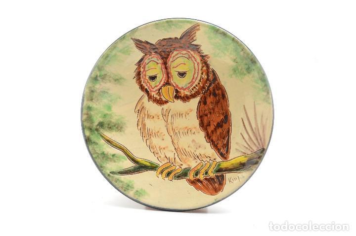 Antigüedades: Plato decorativo de de cerámica de La Bisbal con un búho pintado, firmado - Foto 3 - 232142540