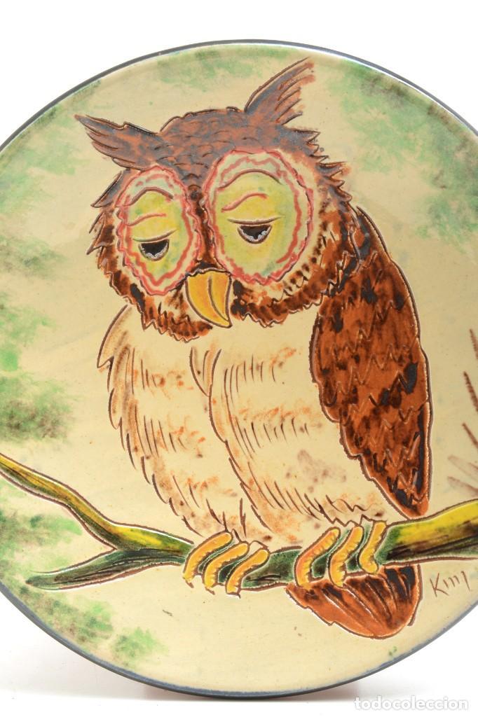 Antigüedades: Plato decorativo de de cerámica de La Bisbal con un búho pintado, firmado - Foto 5 - 232142540