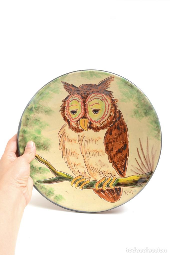 Antigüedades: Plato decorativo de de cerámica de La Bisbal con un búho pintado, firmado - Foto 6 - 232142540