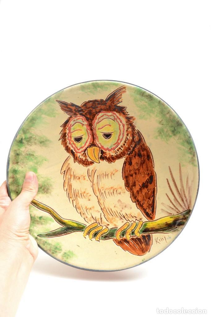 Antigüedades: Plato decorativo de de cerámica de La Bisbal con un búho pintado, firmado - Foto 7 - 232142540