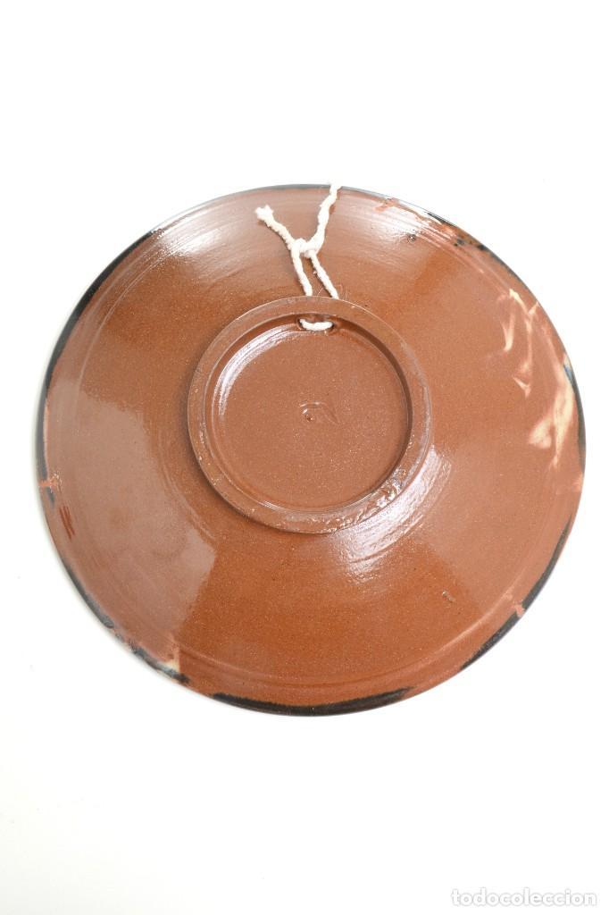Antigüedades: Plato decorativo de de cerámica de La Bisbal con un búho pintado, firmado - Foto 12 - 232142540