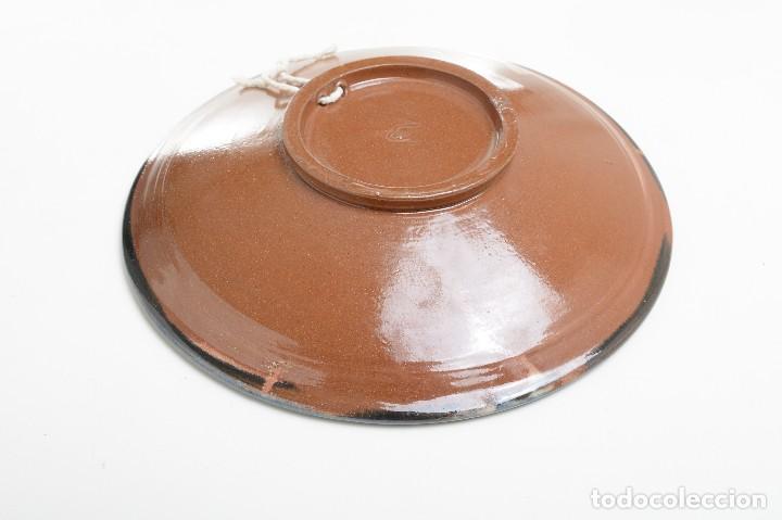 Antigüedades: Plato decorativo de de cerámica de La Bisbal con un búho pintado, firmado - Foto 15 - 232142540