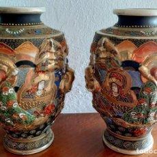 Antigüedades: PAREJA DE ANTIGUOS JARRONES JAPONESES DE SATSUMA MARCADA CON LA CRUZ CIRCULAR FAMILIA SHIMAZU. Lote 214652158