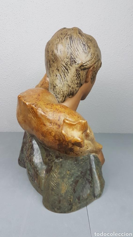 Antigüedades: GRUPO ESCULTÓRICO DE JOVEN PASTOR CON CABRITO EN GRES CON MARCA EN LA BASE LLADRÓ. ALTURA 38 CM. - Foto 4 - 214656032