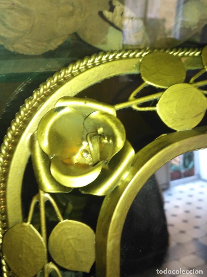 Antigüedades: ANTIGUO VINTAGE HIERRO FORJA DORADA HOJAS Y FLORES GRAN ESPEJO 67,5 X 50 CM - Foto 10 - 214658586
