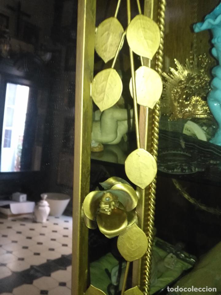 Antigüedades: ANTIGUO VINTAGE HIERRO FORJA DORADA HOJAS Y FLORES GRAN ESPEJO 67,5 X 50 CM - Foto 17 - 214658586