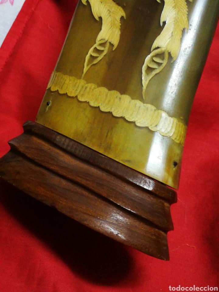 Antigüedades: INCREÍBLES CUERNOS ASTA BÚFALO ASIÁTICO TALLADO CON ORNAMENTOS MOTIVOS ORIENTALES, BASE MADERA, 47CM - Foto 6 - 214703201