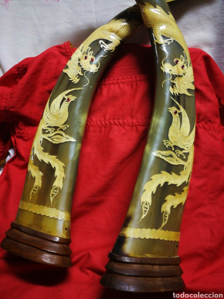 Antigüedades: INCREÍBLES CUERNOS ASTA BÚFALO ASIÁTICO TALLADO CON ORNAMENTOS MOTIVOS ORIENTALES, BASE MADERA, 47CM - Foto 10 - 214703201