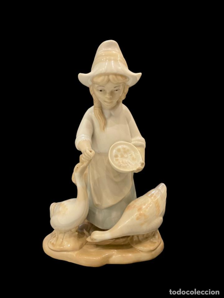 NIÑA DANDO DE COMER A LAS OCAS, PORCELANAS MIGUEL , SELLO EN BASE (Antigüedades - Porcelanas y Cerámicas - Otras)