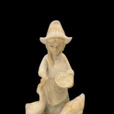 Antigüedades: NIÑA DANDO DE COMER A LAS OCAS, PORCELANAS MIGUEL , SELLO EN BASE. Lote 214755726