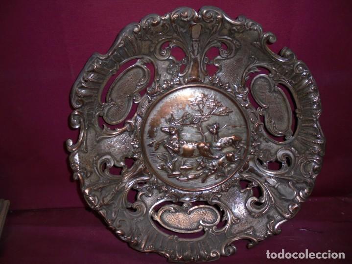 Antigüedades: magnificos antiguos platos barrocos en cobre calados y plateados, escenas de lobos cazando ciervos - Foto 2 - 214769237
