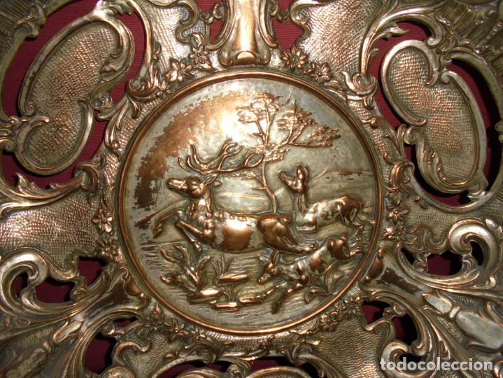 Antigüedades: magnificos antiguos platos barrocos en cobre calados y plateados, escenas de lobos cazando ciervos - Foto 3 - 214769237