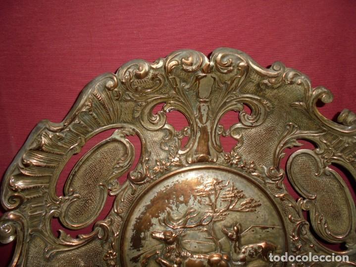 Antigüedades: magnificos antiguos platos barrocos en cobre calados y plateados, escenas de lobos cazando ciervos - Foto 4 - 214769237